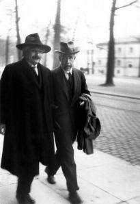 Lors d'une dispute, Einstein dit à Bohr « Dieu ne joue pas aux dés ! ».Bohr répondit : « Qui êtes-vous Einstein, pour dire à Dieu ce qu'il doit faire ! »