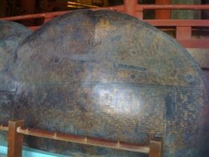 Les pétales de Lotus du piédestal du Grand Boudha (Nara). Les sept paires de pétales montrent une infinité d'univers. L'œuvre dans son ensemble ne représente pas des individualités, mais l'interconnexion entre elles.