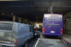 Des activistes de The Counterforce vomissent sur un bus de Yahoo